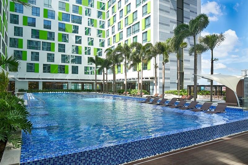 Hồ bơi của Khách sạn Holiday Inn & Suites Saigon Airport. Ảnh Phú Long Group