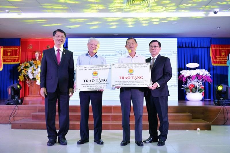 Tổng giá trị 1,63 tỷ đồng được trao tặng để mua tặng 300 xe lắc tay cho người khuyết tật bán vé số. Ảnh NT