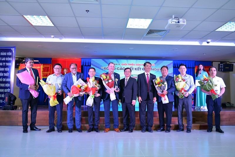 Ban Tổng Giám đốc Công ty tặng hoa cho các đối tác. Ảnh NT