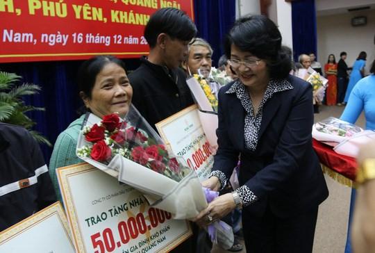 Phó Chủ tịch nước Đặng Thị Ngọc Thịnh trao tặng kinh phí xây nhà cho các hộ dân. Ảnh HT