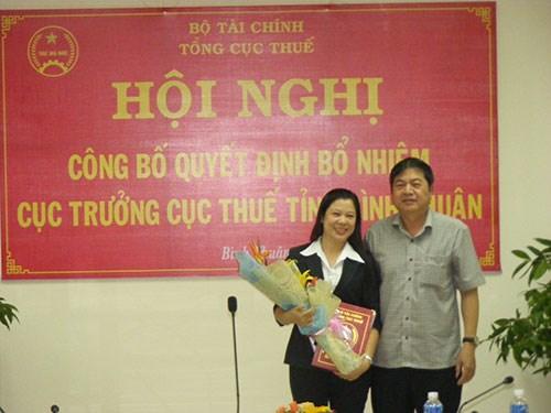 Ông Vũ Kim Hảo – phó Vụ trưởng Vụ Tổ Chức cán Bộ Tổng Cục Thuế trao Quyết định cho bà Trần Thị Diệu Hoàng. Ảnh TBT