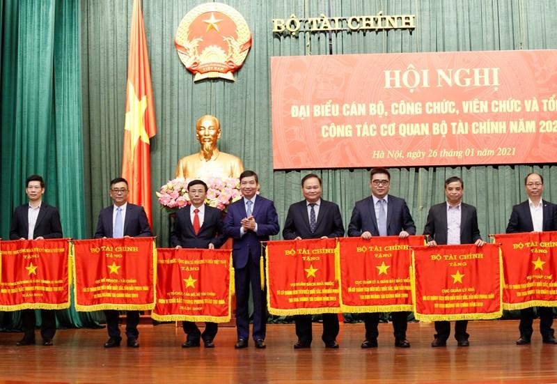 Thừa ủy quyền của Thủ tướng Chính phủ, Bộ trưởng Bộ Tài chính, Thứ trưởng Tạ Anh Tuấn đã trao cờ thi đua của Chính phủ, của Bộ Tài chính cho các tập thể.