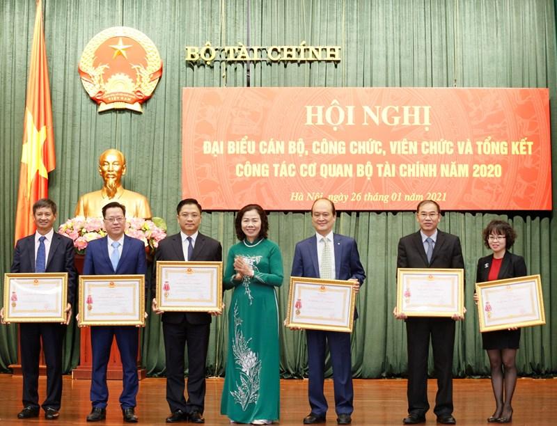 Thừa ủy quyền của Chủ tịch nước, Thứ trưởng Vũ Thị Mai trao Huân chương hạng Nhất, hạng Nhì cho các cá nhân.
