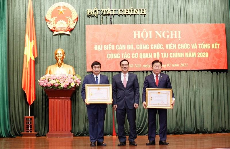 Thừa ủy quyền của Chủ tịch nước, Thứ trưởng Trần Xuân Hà trao Danh hiệu