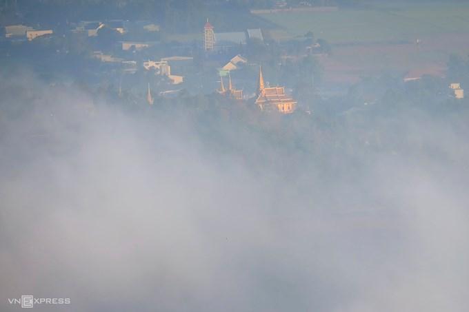 Chùa Tà Pạ ẩn hiện trong mây, một trong những điểm tham quan phổ biến của khách du lịch khi tới vùng đất này. Ngôi chùa Phật giáo Khmer nằm gần đỉnh núi, mang bầu không khí thanh bình. Ảnh: Nguyễn Đức.
