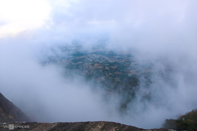 Cánh đồng Tà Pạ ẩn hiện dưới làn mây. Cánh đồng Tà Pạ nằm dưới chân núi Tà Pạ và Cô Tô. Nơi này thuộc vùng Thất Sơn – bảy ngọn núi ở đồng bằng miền Tây Nam Bộ, trên địa phận hai huyện Tri Tôn và Tịnh Biên. Ảnh: Huỳnh Hùng.