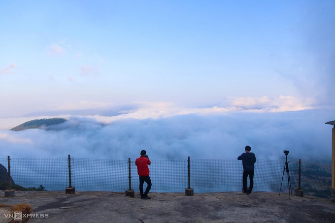 Núi Cô Tô và cánh đồng Tà Pạ (huyện Tri Tôn) là một trong những điểm du lịch nổi tiếng nhất An Giang. Nếu may mắn, du khách sẽ săn được cảnh mây vờn trên núi Cô Tô vào tháng 1, 2. Đứng trên điểm ngắm cảnh Vồ Hội Lớn ở núi Cô Tô, du khách có thể thấy trước mắt là một biển mây. Khung cảnh tưởng như ở Đà Lạt hay Tây Bắc nhưng lại là vùng Bảy Núi, An Giang. Ảnh: Huỳnh Hùng.