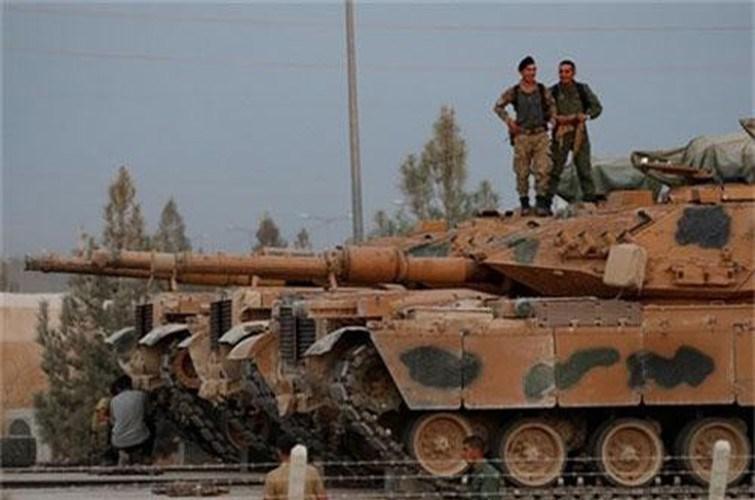 """""""Khả năng cao xe tăng Thổ Nhĩ Kỳ sẽ bắn phá hai bên sườn, từ Al-Mastum và Taftanaz. Tất cả điều này trông giống như một cái bẫy được người Thổ Nhĩ Kỳ thiết lập cho SAA"""", Tạp chí quân sự Nga nhận định."""