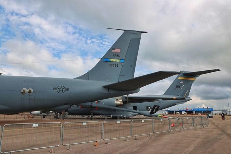 Máy bay tiếp nhiên liệu trên không KC-135 Stratotanker, do hãng Boeing (Mỹ).