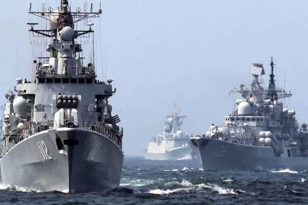 Các tàu chiến từ các nước thành viên NATO như Mỹ và Anh đã di chuyển trên biển Ả rập cùng với chiến hạm của Nga và Trung Quốc.