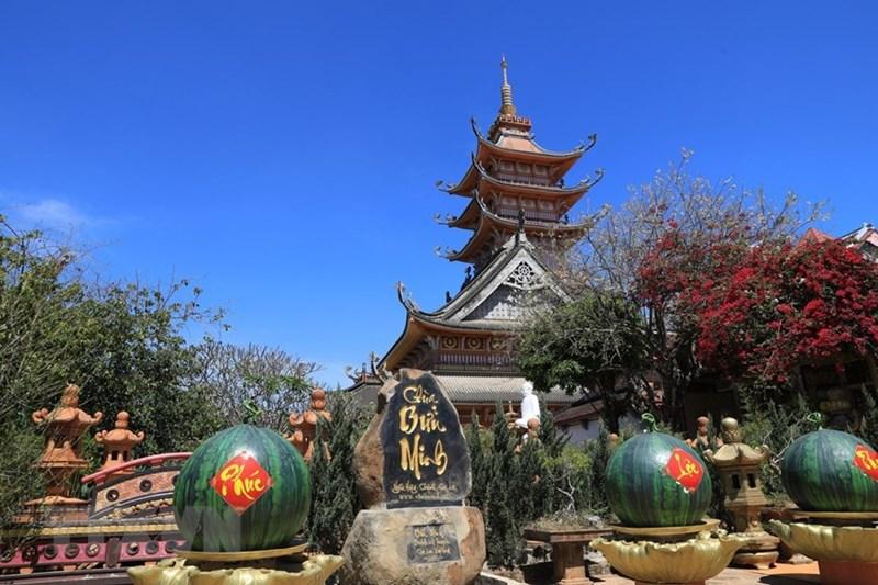 Nét riêng của chùa Bửu Minh là chỉ có một đòn dông duy nhất, với một mái trước và một mái sau dốc đến 45 độ, tạo dáng cao vút và thanh thoát như mái nhà rông Tây Nguyên. (Ảnh: Thành Đạt/TTXVN)