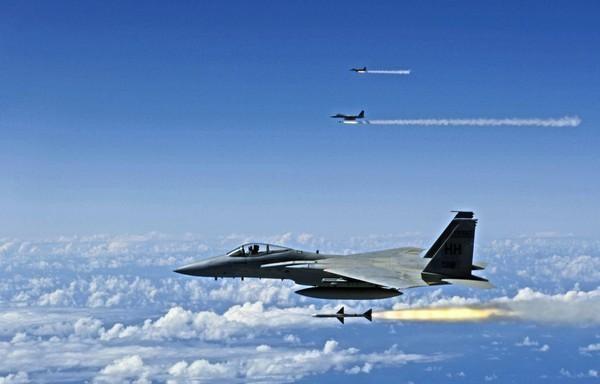 Sau đó MiG-29 quay trở lại tiếp tục đối mặt với F-15