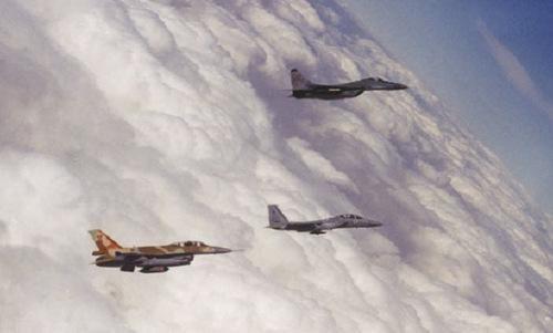 Do radar bị nhiễu nên F-15 không thể xác định được MiG-29 là máy bay địch. Kết quả là tiêm kích Iraq đã có thể tấn công