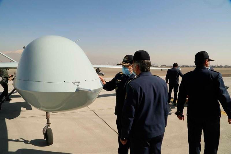 Iran công bố hình ảnh đầu tiên về máy bay không người lái (UAV) vũ trang Kaman 22 trong chuyến thăm một nhà máy quốc phòng của Tư lệnh không quân Aziz Nasirzadeh hôm 24/2.