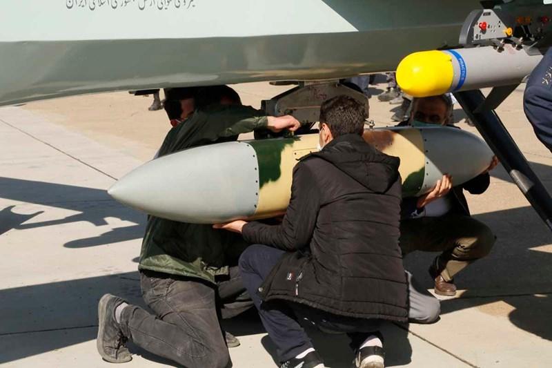 Hình ảnh các kỹ thuật viên quân sự đang lắp các loại vũ khí lên chiếc UAV chiến đấu hạng nặng của Iran.