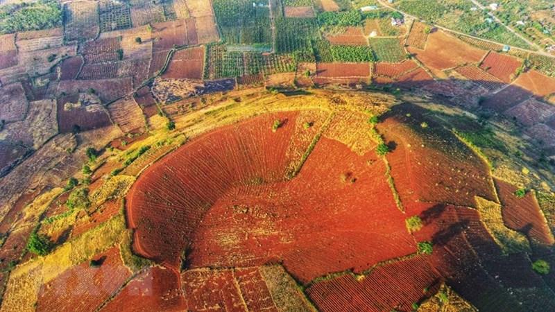 Cách trung tâm Gia Lai khoảng 30 km về hướng đông bắc, thuộc địa phận huyện Chư Pah, vào mỗi mùa, núi lửa Chư Đăng Ya mang một sắc màu riêng. (Ảnh: Thành Đạt/TTXVN)