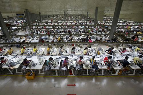 Công nhân làm việc trong một nhà máy ở Việt Nam. Ảnh: Reuters