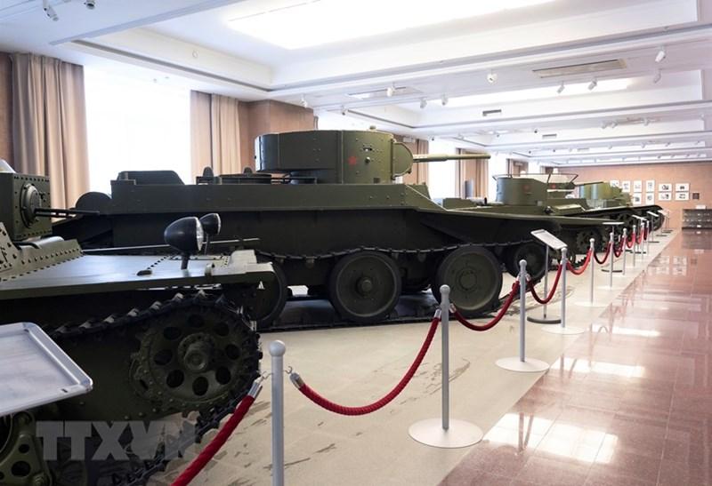 Đây là bảo tàng tư nhân, ra đời năm 2005, ban đầu nhằm giới thiệu các tranh thiết bị quân sự chế tạo tại Ural trong Chiến tranh Thế giới thứ hai. Sau đó nó chính thức được khai trương ngày 9/5/2013 với không gian trưng bày ngoài trời rộng tới 5ha, không gian trưng bày trong nhà rộng 7.000m2 cùng hàng trăm hiện vật, vũ khí, khí tài thú vị. Trong ảnh: Những chiến xe tăng đầu tiên do Liên Xô sản xuất. (Ảnh: TTXVN)
