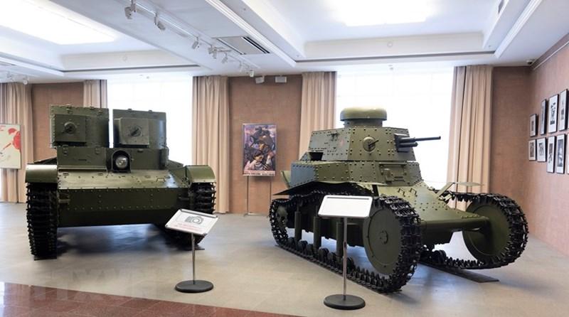 Xe tăng đầu tiên Liên Xô sản xuất hàng loạt MS-1 hay T-18 (phải), ra đời trong giai đoạn Chiến tranh Thế giới thứ I, và xe tăng Vickers E hai tháp pháo Liên Xô sản xuất theo giấy phép của Anh, còn gọi là T-26. (Ảnh: TTXVN)