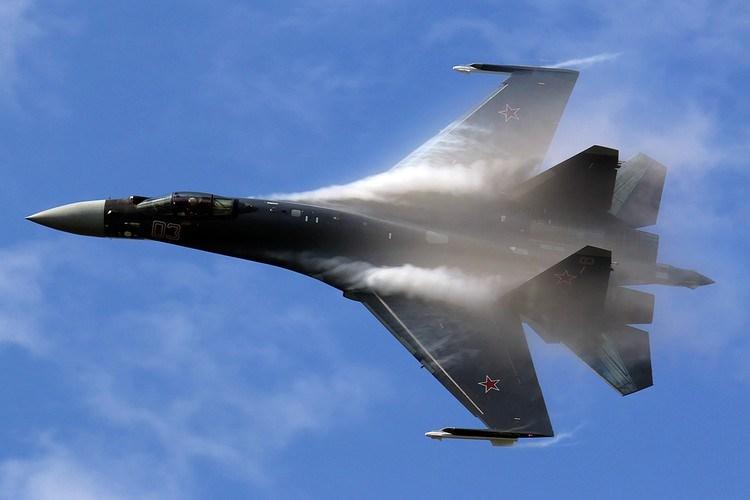 Radar chính của Su-35 là N035 Irbis-E mặc dù được quảng cáo có tầm trinh sát 400 km nhưng chỉ đối với máy bay cỡ lớn như Boeing 747 bay ở tầm cao 20 km, đây là điều kiện phi thực tế.