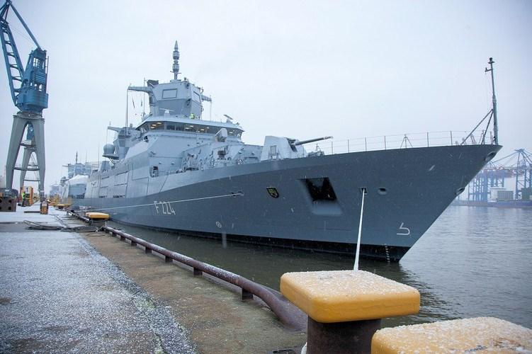 Ngoài ra F125 cũng chưa lắp đặt hệ thống định vị thủy âm hay ngư lôi, để chống lại tàu ngầm đối phương phải trông chờ hoàn toàn vào trực thăng NH90, khiến việc giám sát bị ngắt quãng và tầm trinh sát cũng rất ngắn