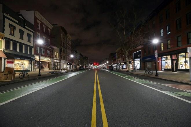 Ngày 15/3, đường phố New Jersey trở nên vắng vẻ sau khi thị trưởng ra lệnh cấm người dân đến các quán bar, nhà hàng và chỉ có thể đặt hàng mang đi. Người dân bị áp lệnh giới nghiêm, không được ra khỏi nhà từ 22h đến 5h. Ảnh: Getty.