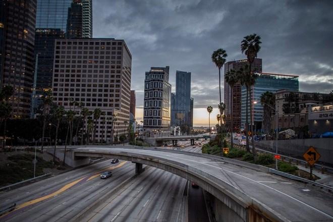 Ngày 15/3, hầu như không có chiếc ô tô nào trên đường cao tốc 110 ở Los Angeles, thành phố nổi tiếng về kẹt xe. Ảnh: Getty.