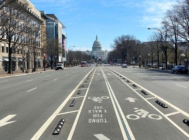 Ngày 16/3, Thị trưởng Washington Muriel Bowser ra lệnh đóng cửa tất cả các quán bar và nhà hàng trong thành phố. Thủ đô của Mỹ vắng lặng như