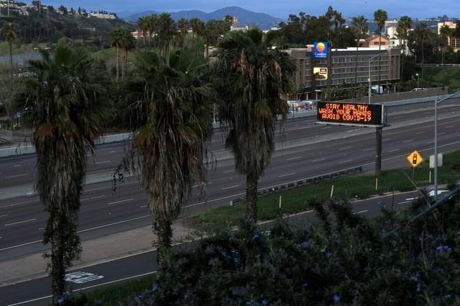 Đường phố San Diego vắng bóng xe cộ khi các nhà hàng giới hạn khách hàng do lệnh cấm tụ họp trên 50 người. Ảnh: Getty.