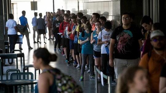 Sinh viên xếp hàng tại một trường đại học Mỹ Ảnh: AP
