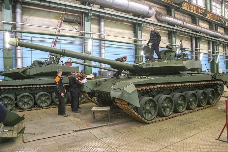 Nga đang đẩy mạnh việc sản xuất T-90M Proryv-3 sau khi chiếc T-14 Armata được xác định là còn phải hoàn thành thêm nhiều bài kiểm tra nữa, dự kiến T-90M sẽ lần đầu tiên xuất hiện trong Lễ duyệt binh ngày 9/5 tới đây trên Quảng trường Đỏ.