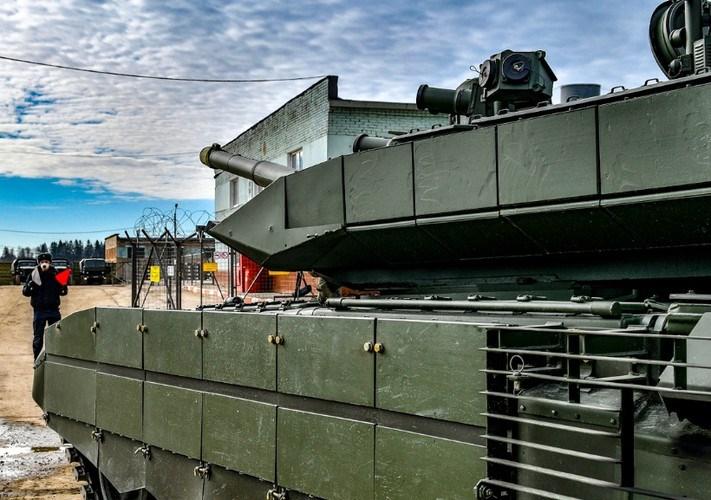 """Đây cũng là đơn vị thứ hai trong quân đội Nga giới thiệu xe tăng T-90 trong lực lượng tác chiến, chỉ sau Sư đoàn xe tăng cận vệ số 5 """"Don"""" của quân khu Siberia."""