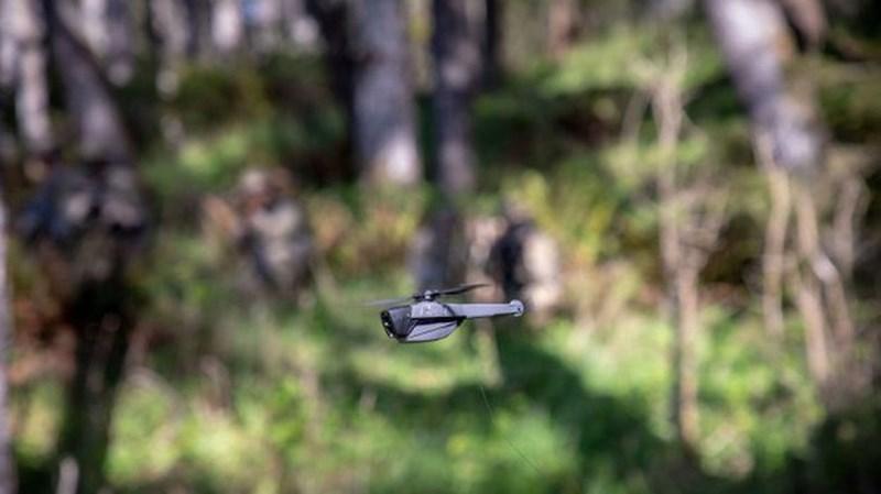 Một trong những UAV siêu nhỏ này phải kể đến Black Hornet PRS. Loại UAV siêu nhỏ này được lắp camera quang điện tử hồng ngoại, hoạt động không có tiếng ồn, thời gian bay liên tục 25 phút.