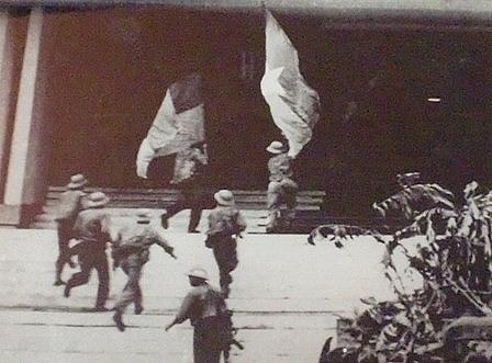 Các chiến sĩ quân giải phóng đang chạy vào Dinh Độc Lập cắm cờ cách mạng