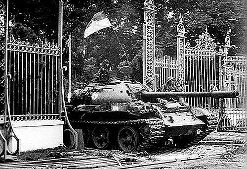 Đoàn xe tăng húc đổ cổng chính, tiến vào chiếm Dinh Độc Lập sáng 30/4. Đại đội trưởng Bùi Quang Thận ra khỏi xe 843, lấy lá cờ Tổ quốc trên xe của mình treo lên cột cờ trên nóc Dinh Độc Lập lúc 11h30