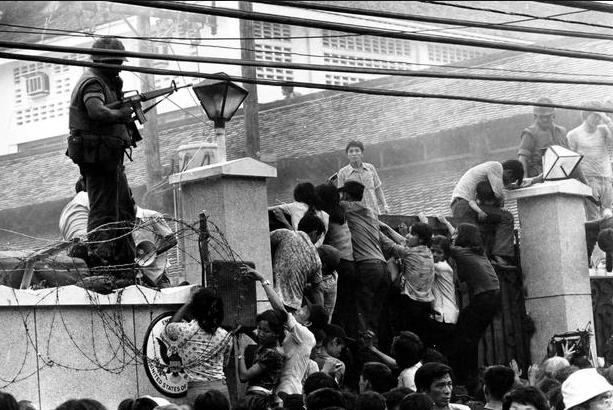 Khung cảnh hỗn loạn bên ngoài tòa Đại sứ quán Mỹ ở Sài Gòn khi nhiều người tìm cách vượt qua bức tường cao khoảng 4m với hy vọng được lên những chuyến trực thăng cuối cùng chở lính Mỹ đào thoát