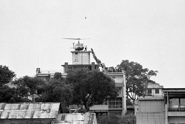 Hàng dài người chen chúc leo lên một chiếc trực thăng của Mỹ đậu trên một nóc nhà ở Sài Gòn ngày 29/4/1975