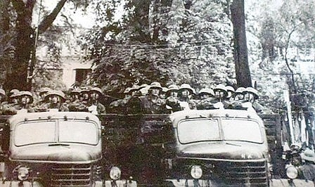 Quân đội ta duyệt binh trong ngày chiến thắng