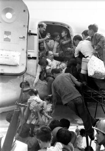 Trong khi đó, nhận thấy nguy cơ chính quyền Sài Gòn sụp đổ là điều không thể tránh khỏi, những người Mỹ cuối cùng và một số người dân miền Nam đã tìm cách di tản