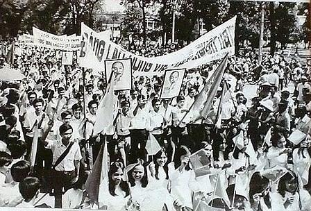 Người dân Sài Gòn nói riêng và cả nước nói chung ngợp cờ hoa, biểu ngữ ăn mừng chiến thắng