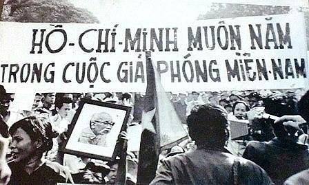 Người dân Sài Gòn đổ ra đường vui mừng chiến thắng thống nhất đất nước, giương cao hình ảnh Chủ tịch Hồ Chí Minh