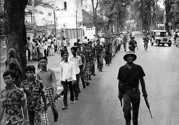 Binh lính của chính quyền Sài Gòn bị áp giải sau khi chính quyền sụp đổ