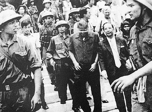 Lúc 10h24 ngày 30/4/1975, Tổng thống Ngụy quyền Sài Gòn Dương Văn Minh đã tuyên bố đầu hàng vô điều kiện