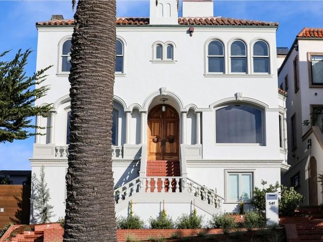 Nằm trên phố El Camino Del Mar, căn nhà 4 phòng ngủ theo phong cách Tây Ban Nha này được xây dựng vào năm 1924 và được bán lần cuối với giá 6 triệu USD vào tháng 12/2014.