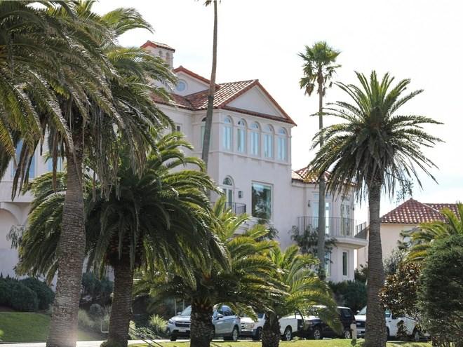 Cây cọ, ngói lợp kiểu Tây Ban Nha và hiên nhà bằng gạch đỏ là những hình ảnh thường thấy dọc các con phố ở đây.