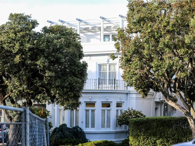Còn đây là căn nhà đắt nhất đang được rao bán tại đây. Căn nhà 4 tầng này, với hướng nhìn toàn cảnh ra biển và cầu Golden Gate, được xây dựng vào năm 1915 và đang được rao với giá 12 triệu USD.