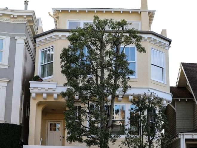 Đây là căn nhà rẻ nhất đang được rao bán tại Sea Cliff, có giá 4 triệu USD. Năm 1998, căn nhà này được bán với giá 1,4 triệu USD.