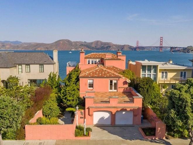 Theo một đại lý bất động sản, căn nhà màu hồng này nằm ở 224 Sea Cliff Avenue đang ở trong tình trạng phải sửa chữa nhiều và thậm chí không có hình ảnh nội thất khi rao bán.