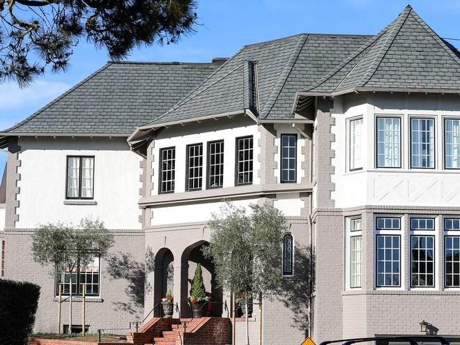 Nằm ở phía bắc gần góc cua của đường 32nd Avenue ở Sea Cliff là dinh thự từng là lãnh sự quán Đan Mạch. Căn nhà này từng thuộc sở hữu của một luật sư làm việc tại Google và người sáng lập Công ty giày Rothy's. Họ bán căn nhà vào giữa năm 2017 với giá 3,1 triệu USD sau một vụ cháy do tai nạn ôtô. Chủ mới đã sửa chữa và bán lại căn nhà vào tháng 4/2018 với giá 6,5 triệu USD.
