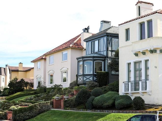 Hầu hết căn nhà Sea Cliff được thiết kế theo phong cách Tây Ban Nha, Địa Trung Hải hoặc Victoria đặc trưng của thành phố.
